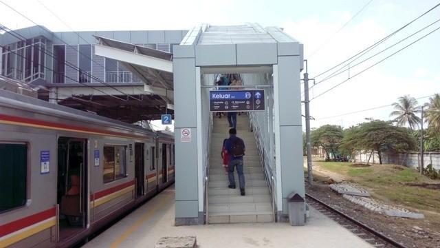 tangga exit stasiun maja